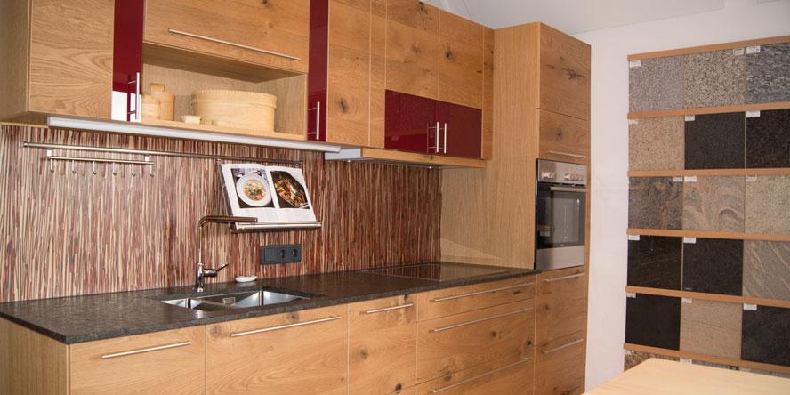 Küche vom Schreiner in massiver Eiche, rotes Glas und Granit-Arbeitsplatte